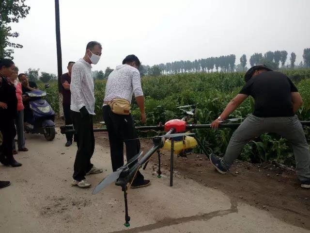 山西祁县西六支王村使用无人机喷洒农药现场5