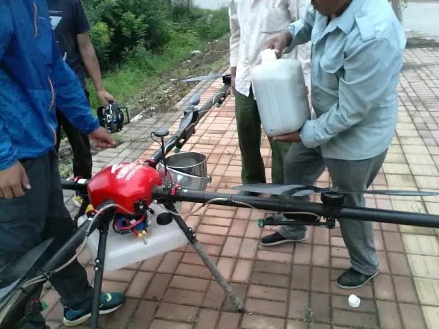 山西祁县西六支王村使用无人机喷洒农药现场1