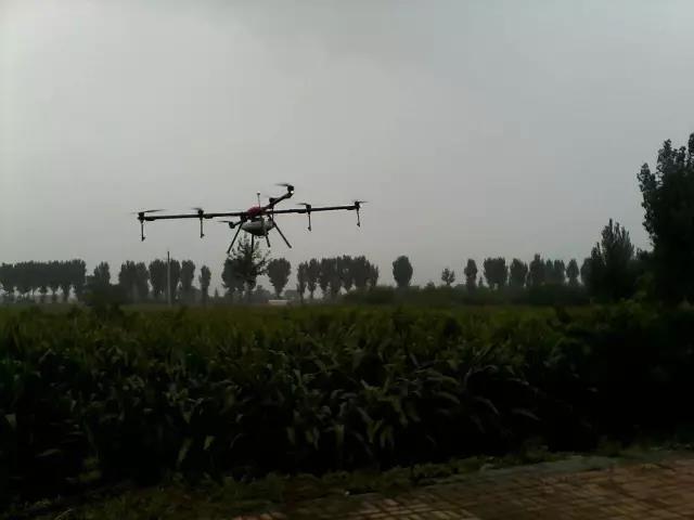 山西祁县西六支王村使用无人机喷洒农药现场3